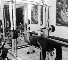 BENCH PRESS – DISTENSIONI SU PANCA PIANA CON BILANCIERE – PETTORALI (GRAN PETTORALE)
